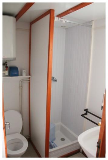 Le wc et salle de bains avec douche